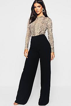 Se  High Waist Basic Crepe Wide Leg Trousers ved Boohoo.com