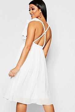 Se  Chiffon Pleated Midi Skater Bridesmaid Dress ved Boohoo.com