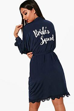 Se  Brides Squad Lace Detail Bridal Robe ved Boohoo.com