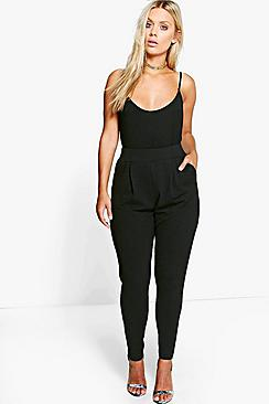 Se  Plus Pleat Front Trouser ved Boohoo.com
