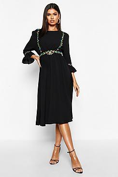 Se  Embroidered Ruffle Sleeve Midi Dress ved Boohoo.com