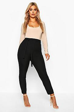 Se  Plus Ribbed High Waist Tie Waist Tapered Trouser ved Boohoo.com