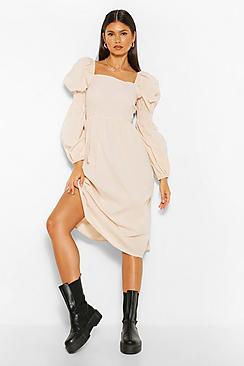 Se  Square Neck Shirred Sleeve Midi Skater Dress ved Boohoo.com